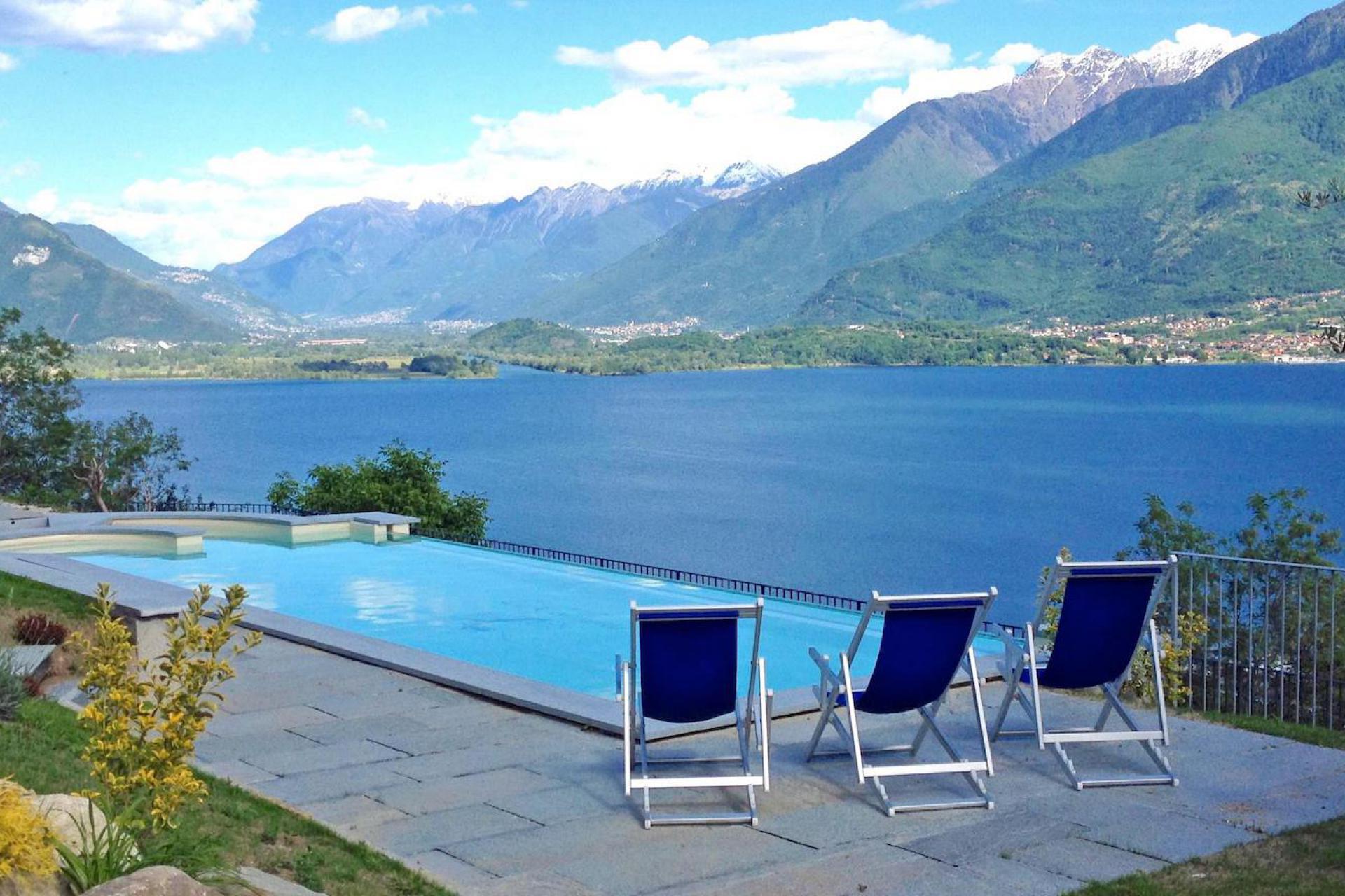 1. Residence met panorama zwembad en meerzicht