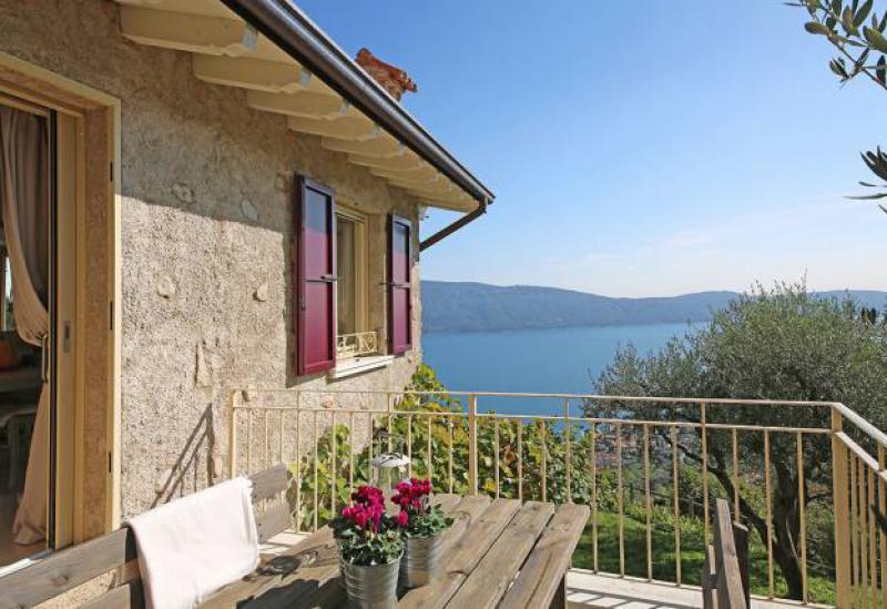 Agriturismo Comomeer en Gardameer Sfeervol landhuis met zwembad en uitzicht op het Gardameer