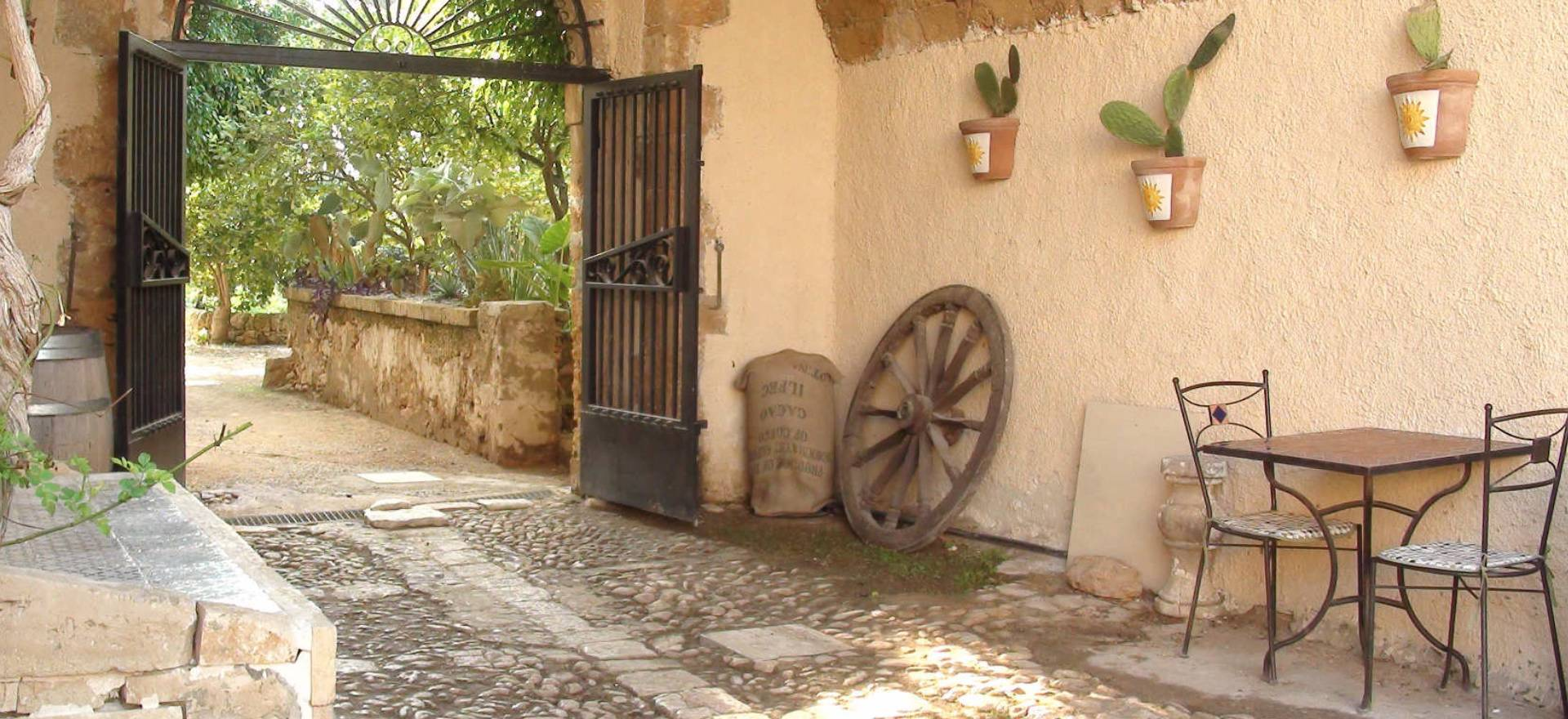 Agriturismo Sicilie Agriturismo met karakteristieke binnenplaats, vlakbij zee