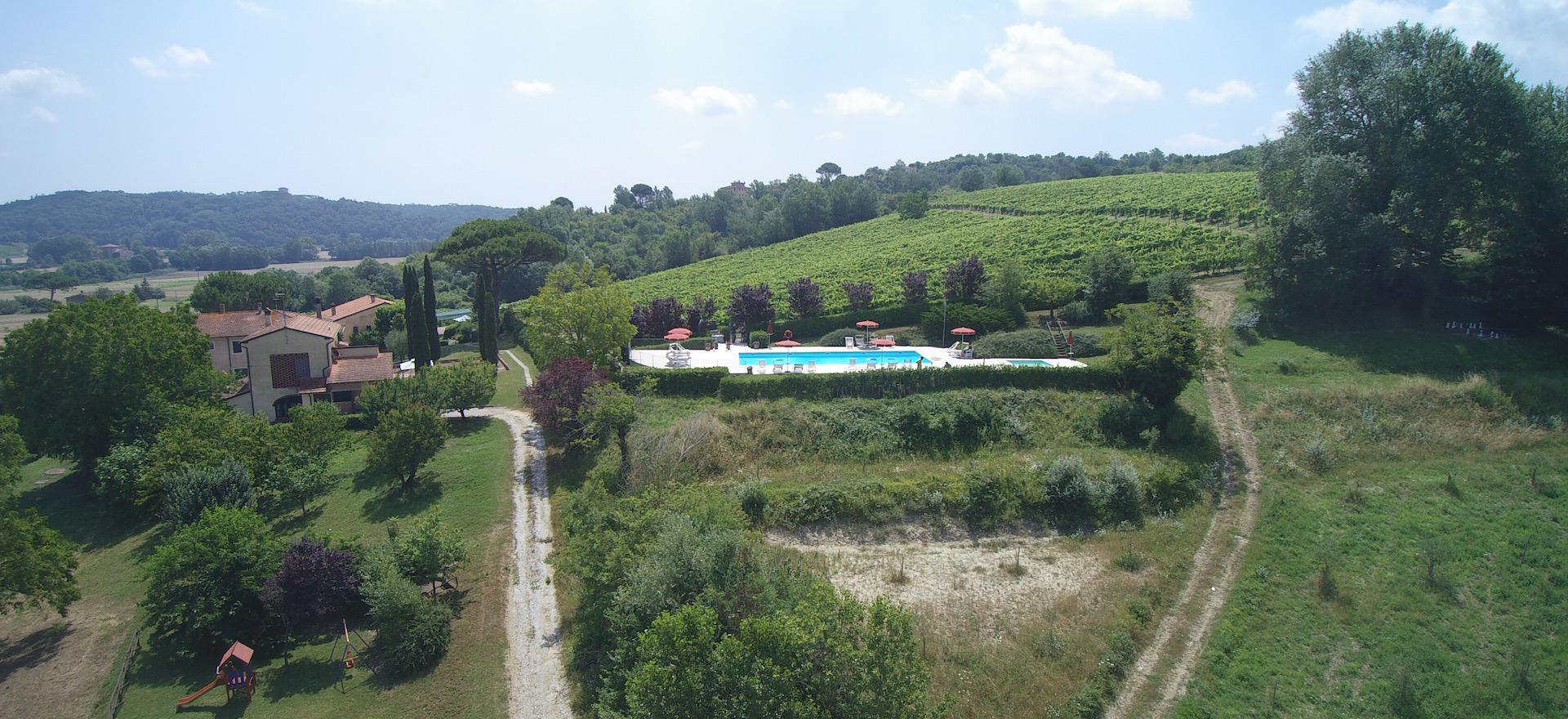 Familie agriturismo met groot zwembad en peuterbadje