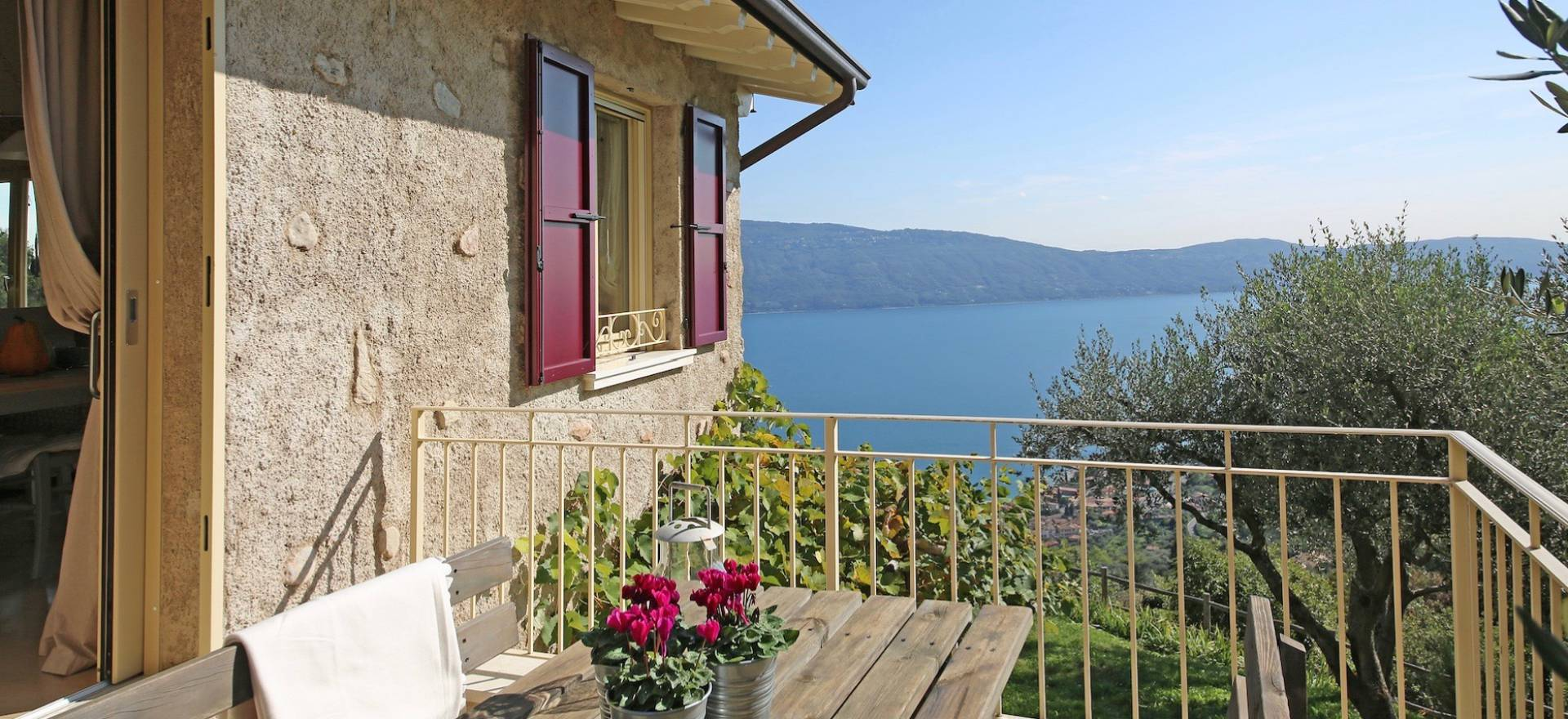 Sfeervol landhuis met zwembad en uitzicht op het Gardameer