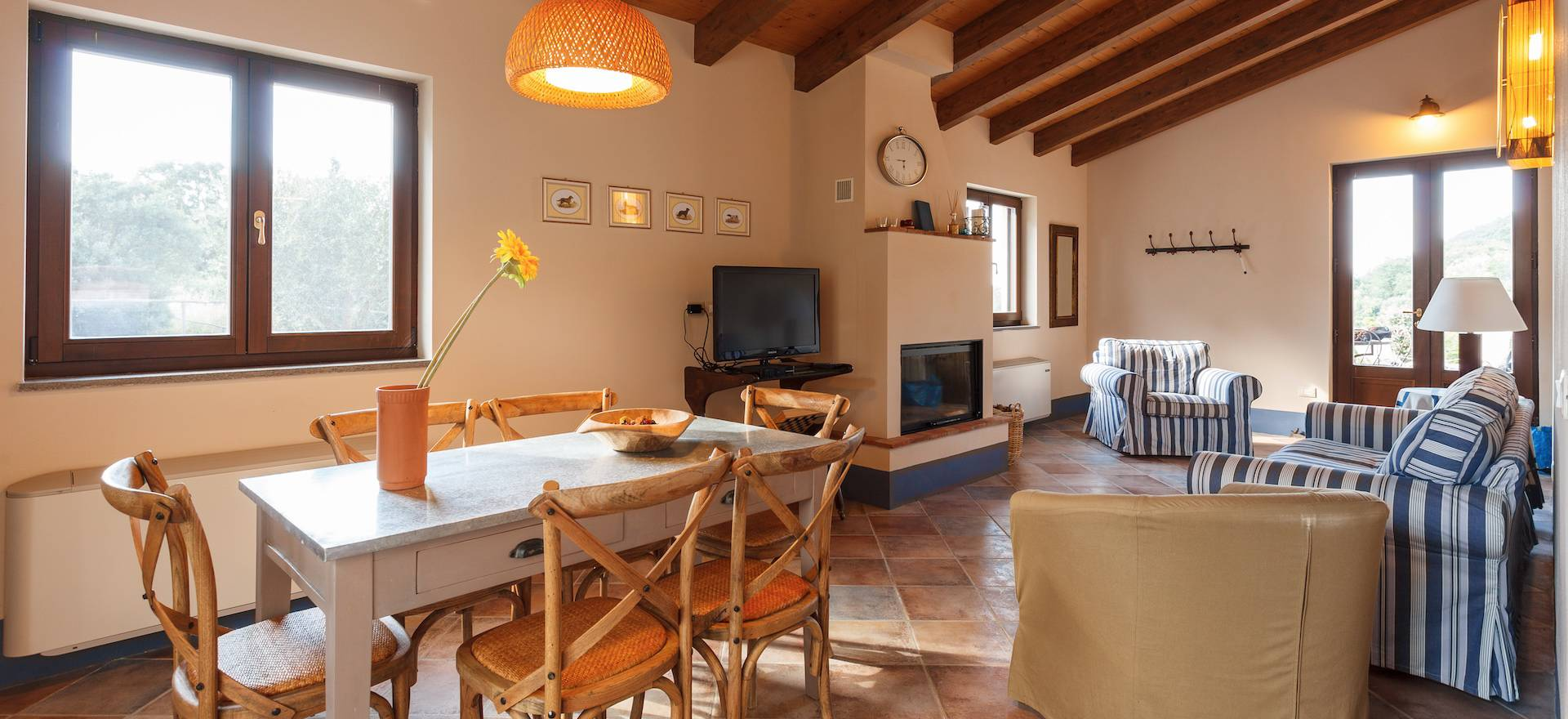 Agriturismo met luxe huizen op een heuvel in Toscane